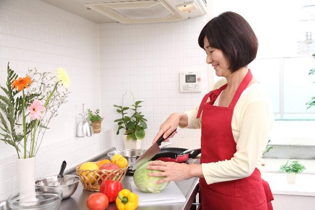 料理をするシニア女性